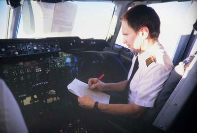 Чек-листы в авиации. Пилот авиалайнера Douglas DC-10 проверяет самолет по контрольному списку